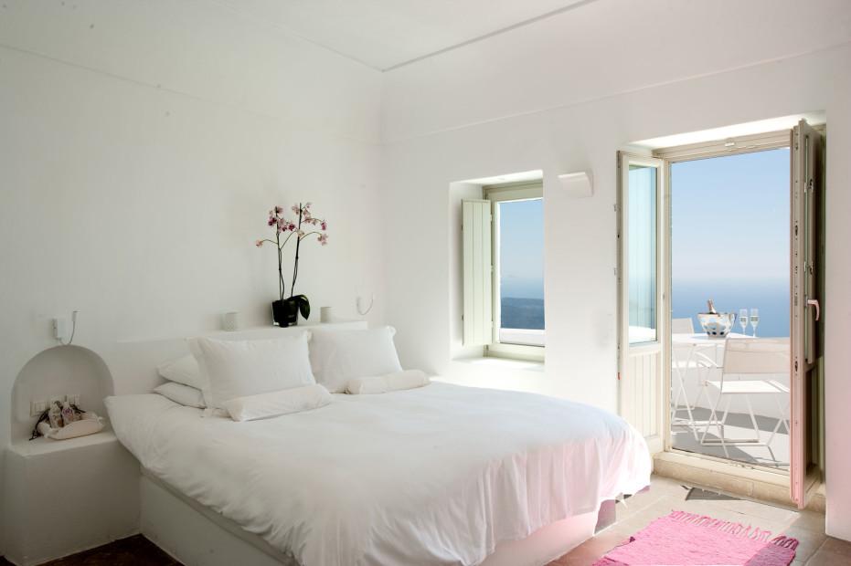 Simple White Bedroom Designs Ideas 002