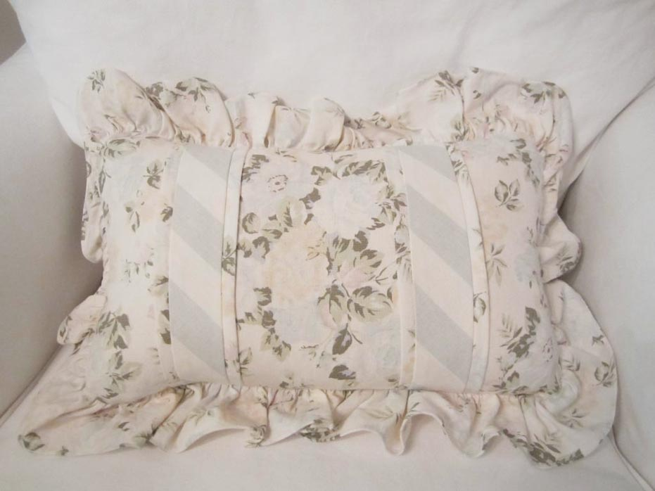 Using Shabby Chic Decorative Pillows To Decorate The Room (2)