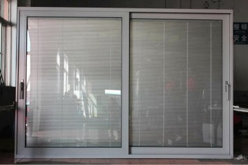 Sliding doors with blinds